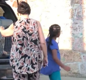 Una mujer obliga a sus nietos a viajar dentro de un transportín de animales