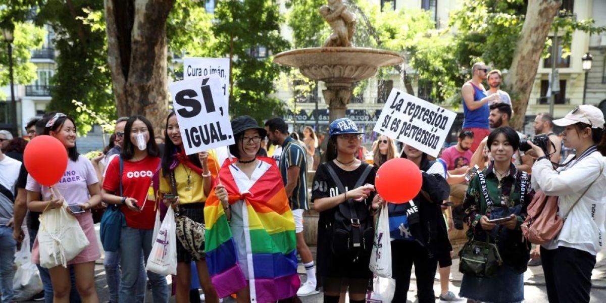 Antena 3 Noticias Fin de Semana (07-07-18) Cientos de miles de personas participan en la manifestación por los derechos de las personas transexuales