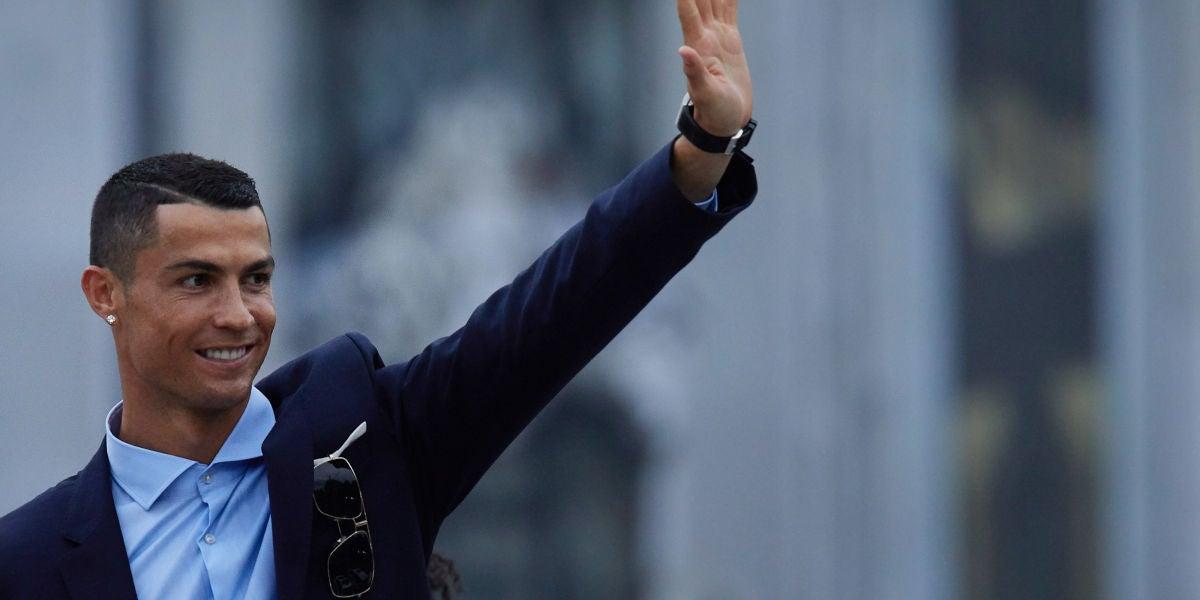 Cristiano Ronaldo saludando a la afición