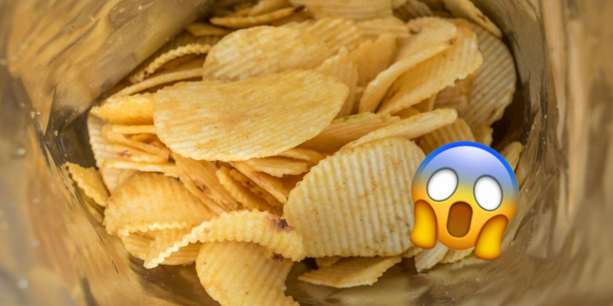 Bolsa de patatas fritas medio vacía