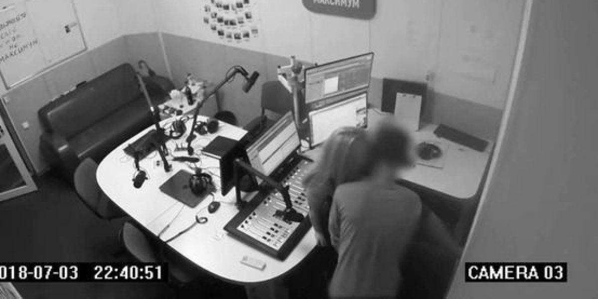 Una pareja mantiene sexo en un estudio de radio