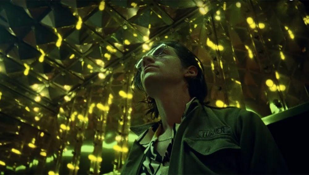 Alex Turner en el videoclip de 'Tranquility Base Hotel & Casino' de Arctic Monkeys