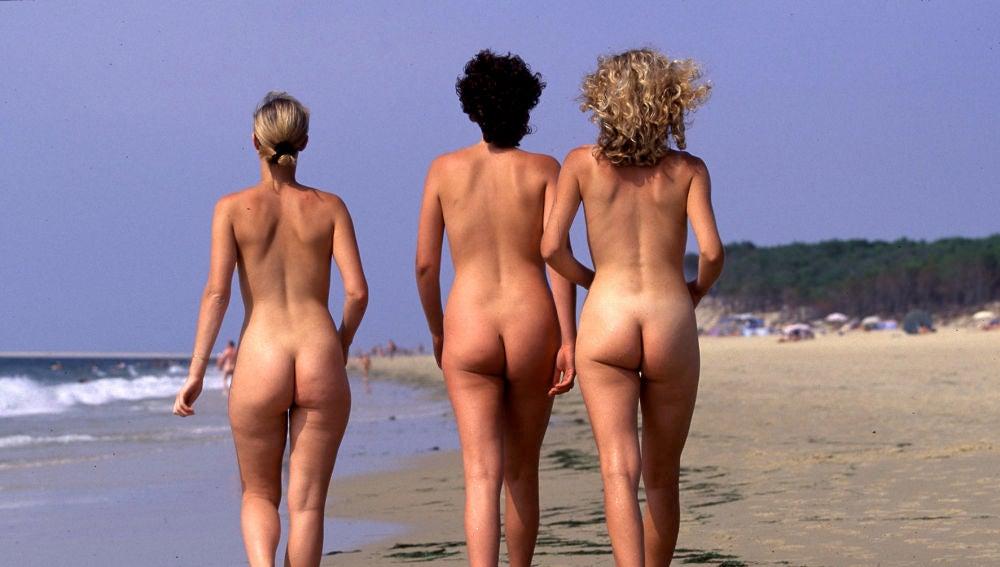 Tres mujeres en una playa nudista