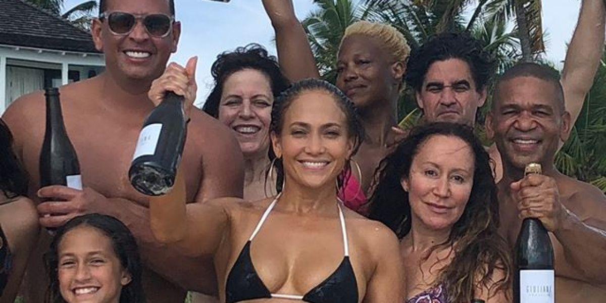 Jennifer Lopez junto a su familia y amigos celebrando su cumpleaños