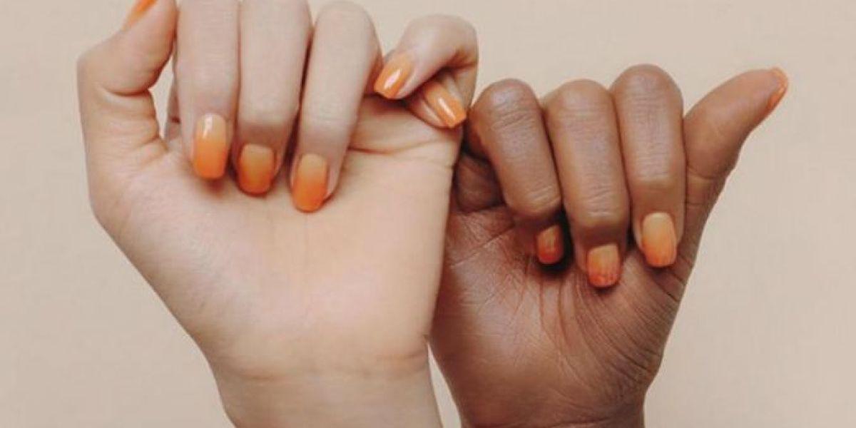 La firma Stylenanda pinta de marrón la mano de una modelo blanca