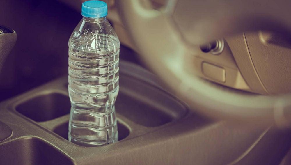 Llevar una botella de agua en el coche, un debate de seguridad vial