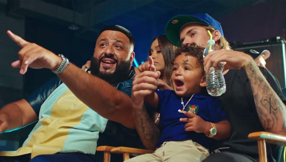 DJ Khaled, su hijo Asahd y Justin Bieber en el videoclip de 'No Brainer'