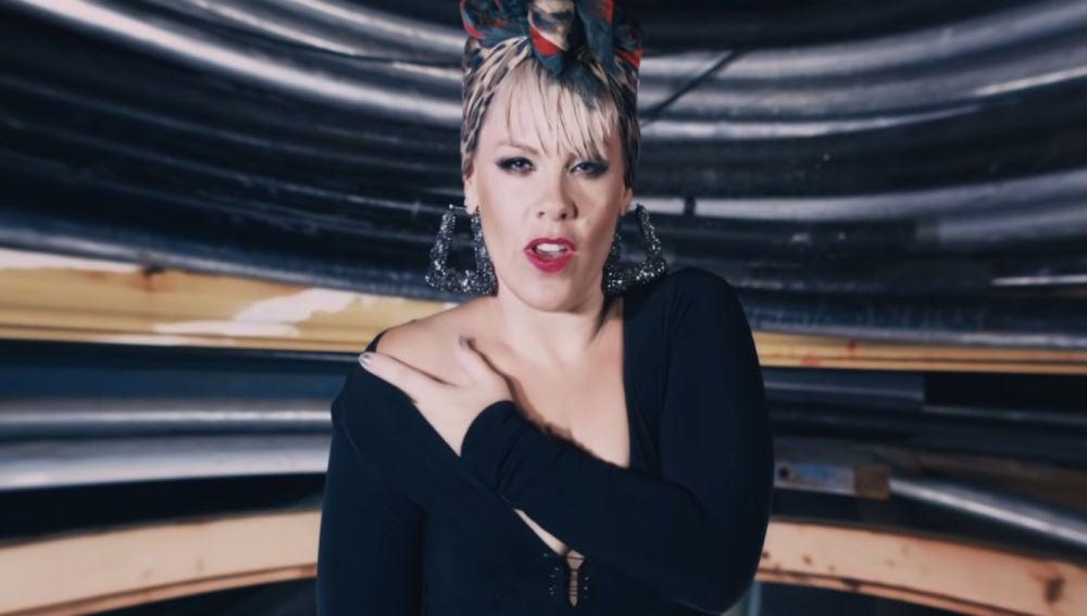 Pink en el vídeo de 'Secrets'