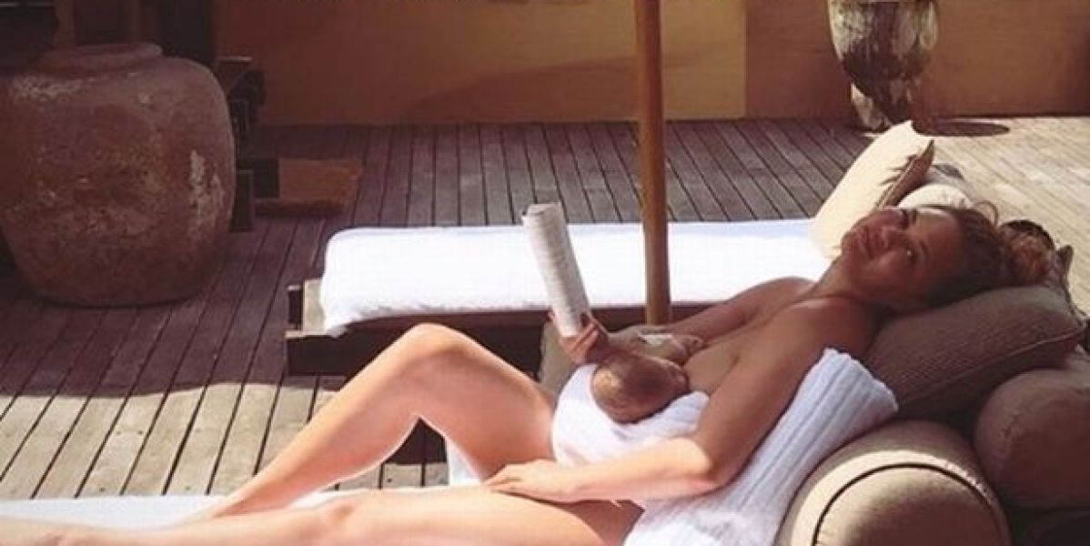 Chrissy Teigen descansa junto a su bebé