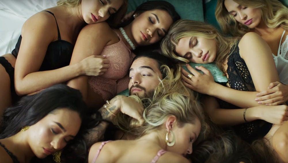 Maluma rodeado de mujeres en el videoclip de 'Mala Mía'