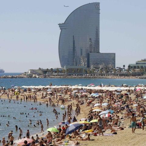 Vista de la playa de la Barceloneta (Barcelona) en un día de altas temperaturas en la ciudad condal