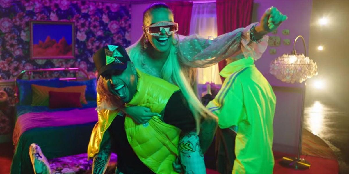 Karol G, Nicky Jam y J Balvin en el videoclip del remix de 'Mi Cama'