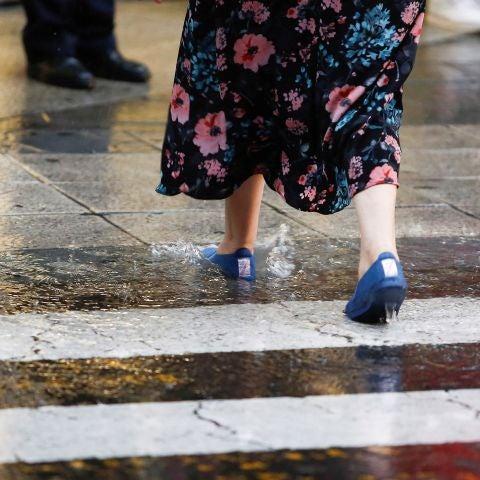 Mujer caminando en la lluvia