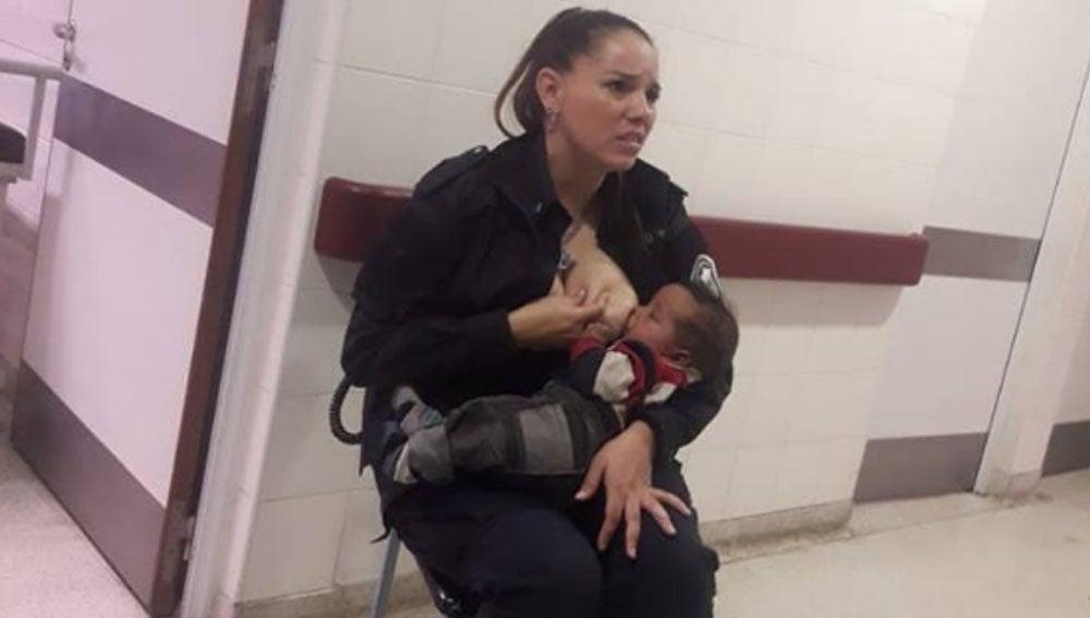 Imagen de una policía amamantando a un bebé