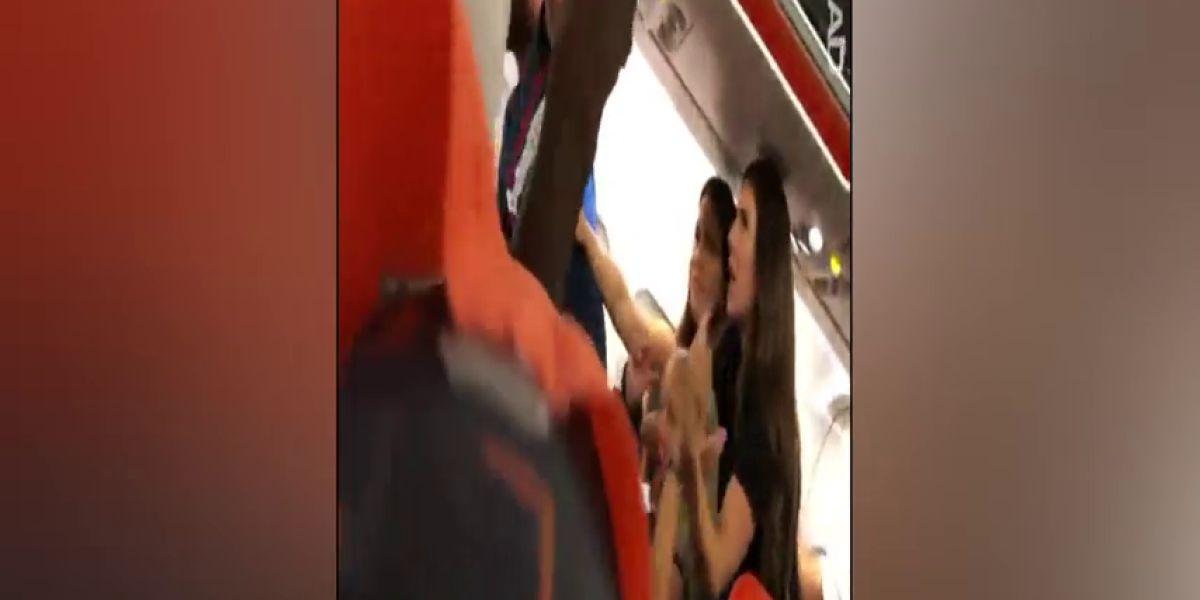 Una mujer la lia a bordo de un avión y enseña sus pechos destino a Ibiza.