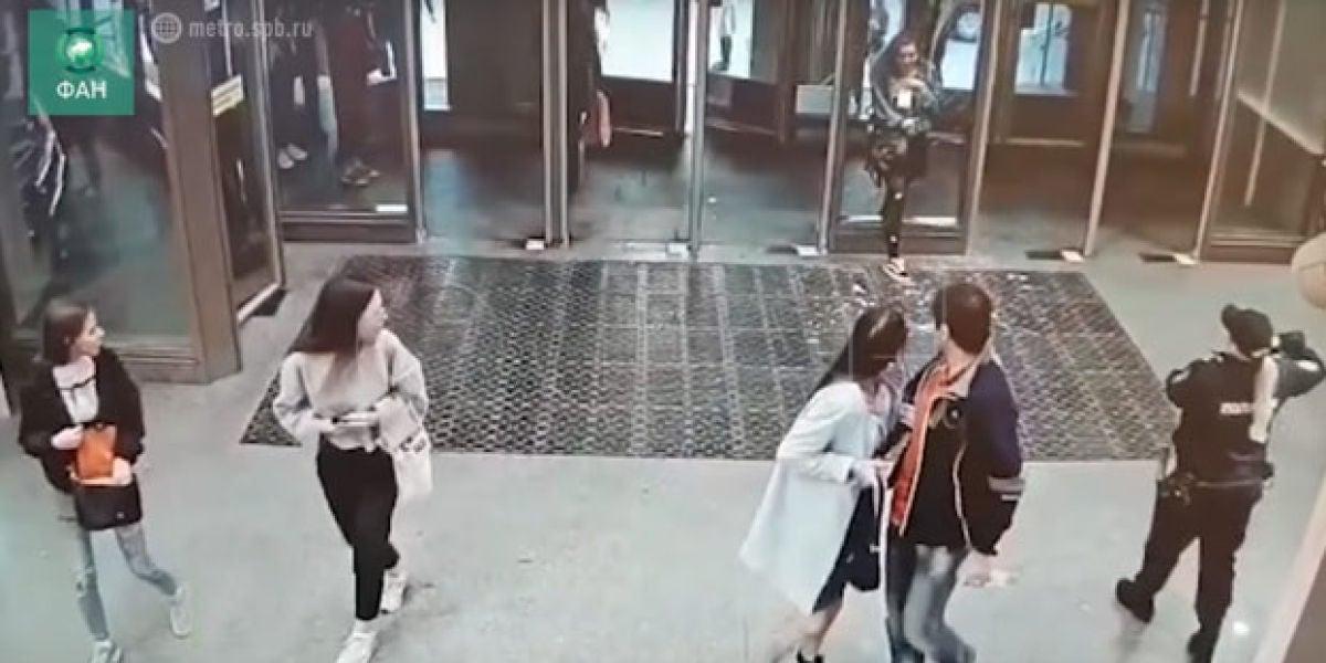Atraviesa un cristal de la estación de metro por ir distraída mirando el móvil