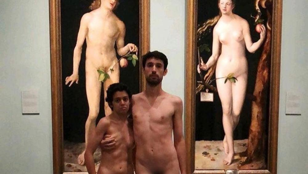 Pareja desnuda frente a los cuadros de Adán y Eva en el Museo del Prado