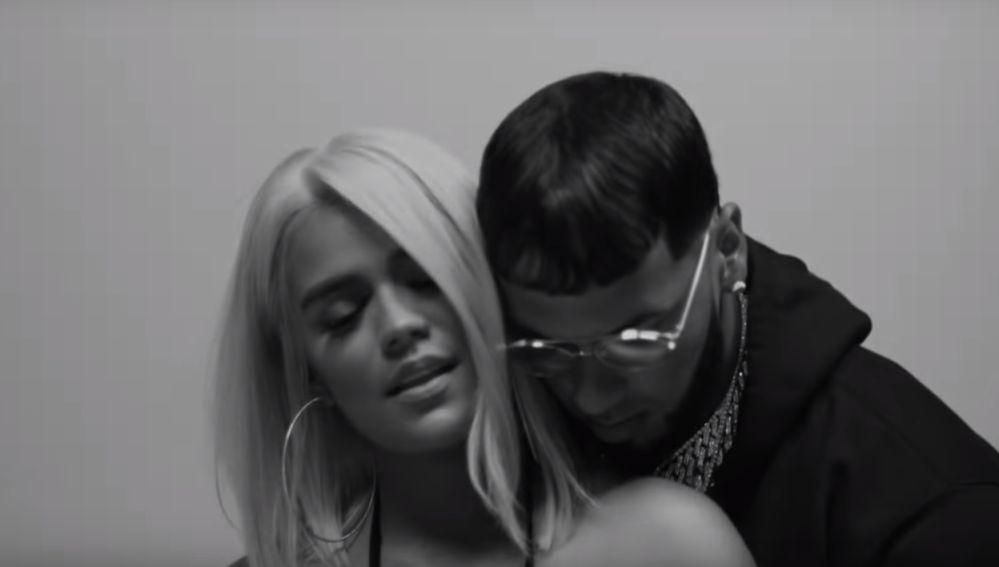 Karol G y Anuel Aa en el videoclip de 'Culpables'
