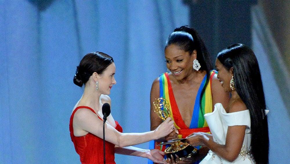 Rachel Brosnahan recibe el galardón de manos de Tiffany Haddish