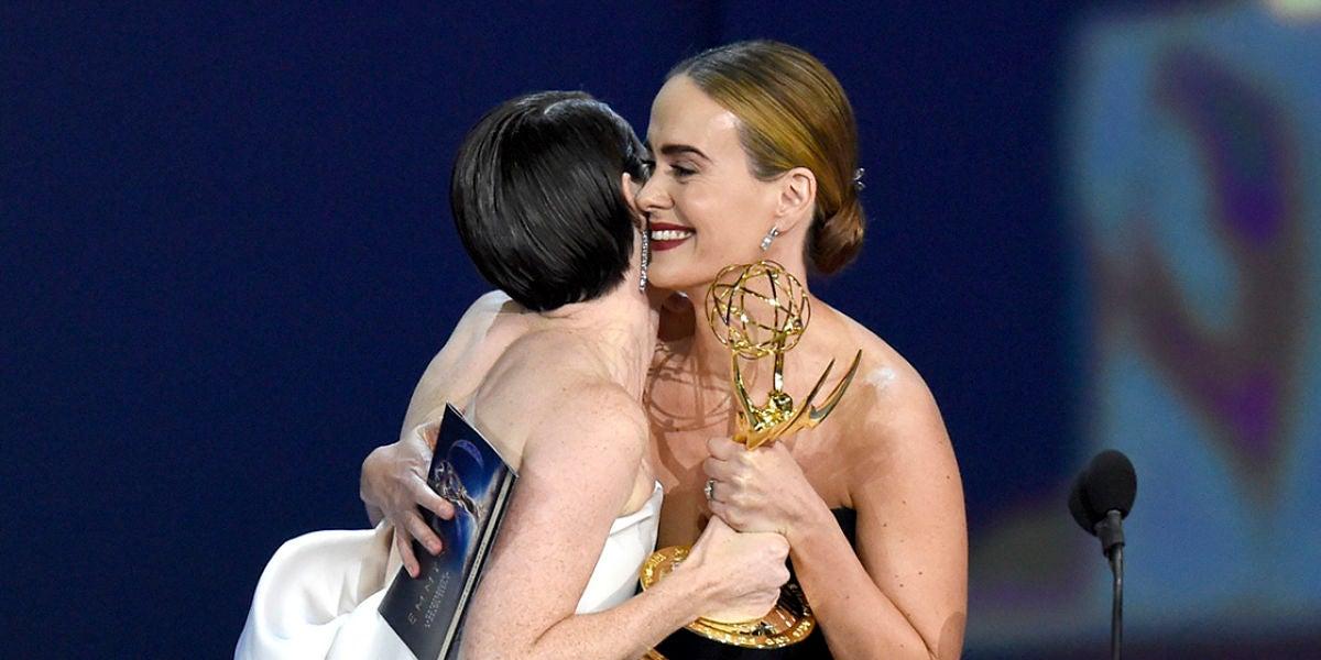 Sarah Paulson entrega el Emmy a una Claire Foy muy emocionada