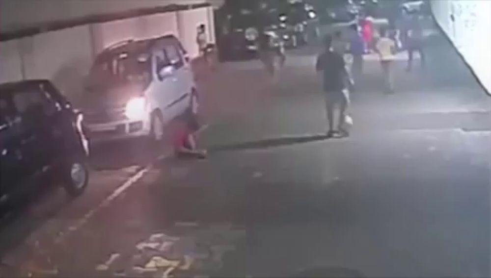 vídeo: Un niño sale ileso tras pasarle un coche por encima mientras se ataba los zapatos