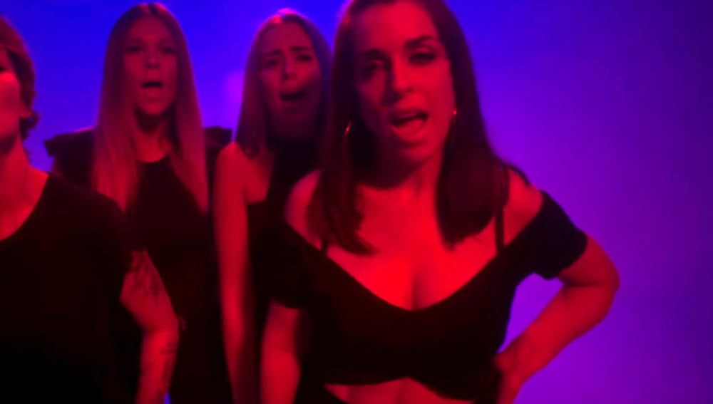 Vega, Lorena Gómez, Sonia Gómez y Ruth Lorenzo en el videoclip 'Caza de pañuelos' de Rayden