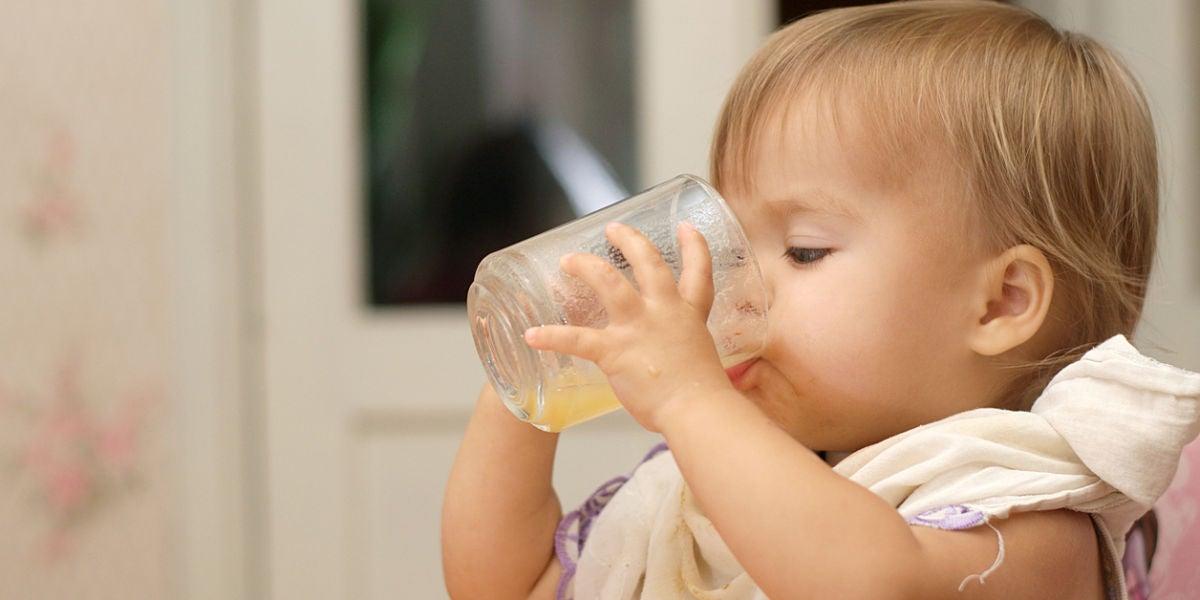Bebé tomando zumo