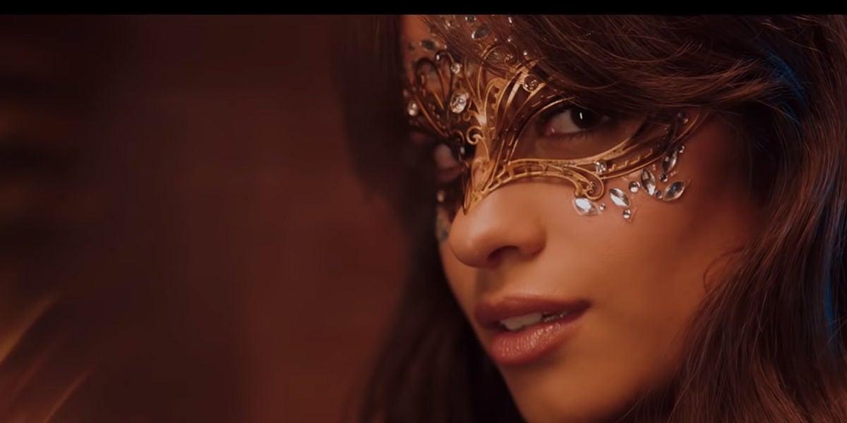 Camila Cabello en el videoclip de 'Beautiful'