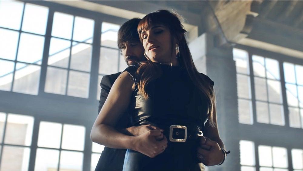 David Otero y Rozalén en el videoclip 'El Baile'