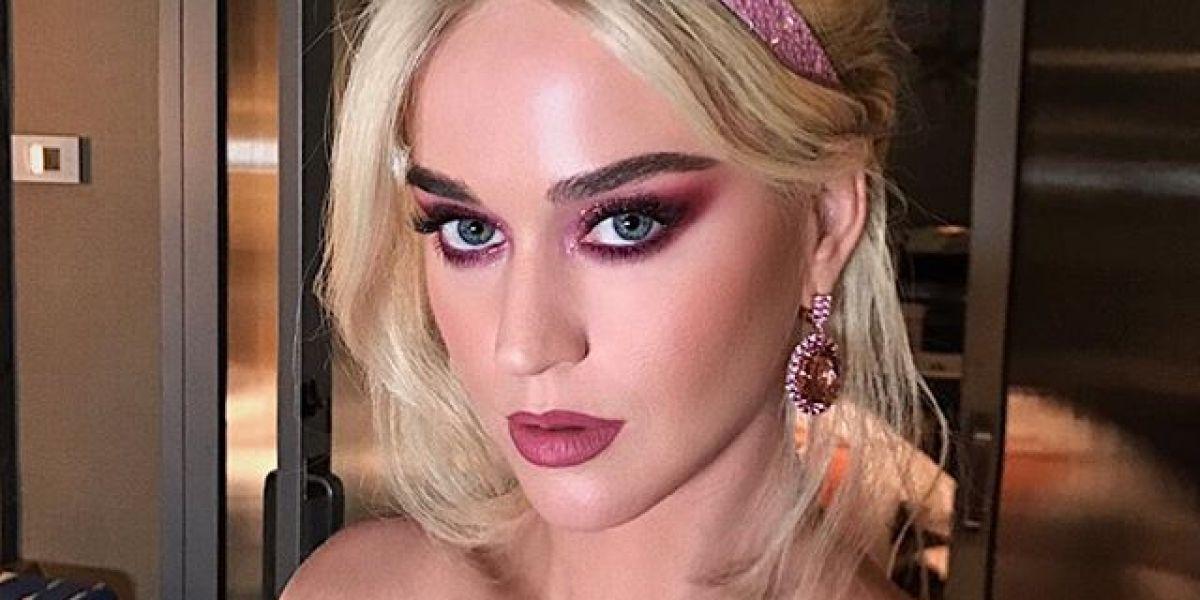 Katy Perry con la melena rubia y un mono de color rosa pastel