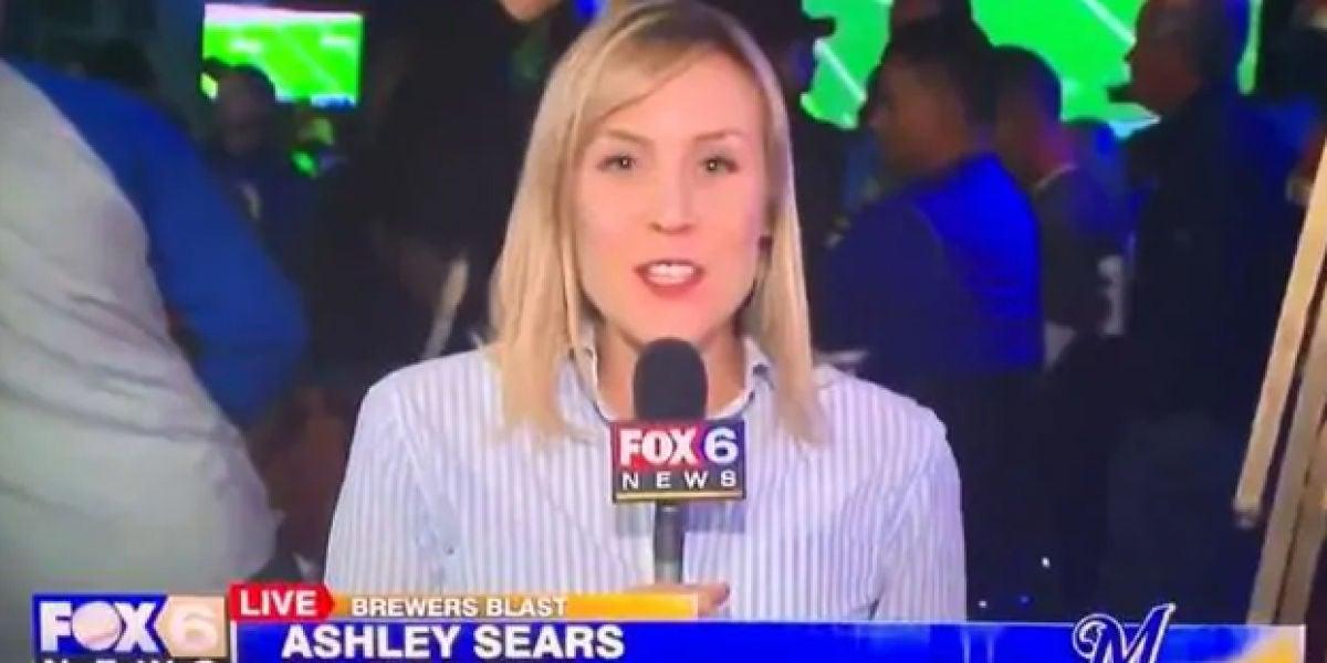 Una mujer besa a Ashley Sears mientras hacia un directo