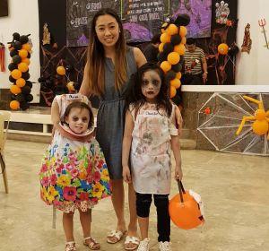 Maya y su hermana Charlie disfrazadas por Halloween