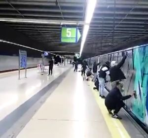 Un grupo de 15 grafiteros obligan a un maquinista de Metro a mover el tren para pintarlo