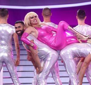 Anabel Alonso monta un festival de acrobacias como Raffaella Carrà mientras llama al '5353456'