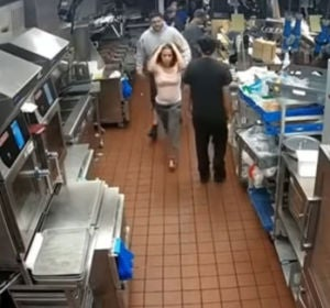Una mujer agrede brutalmente a una empleada de McDonald's por no tener bolsitas de ketchup