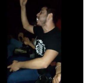 Se va la luz en el cine y este joven improvisa 'I want to break free' de Queen