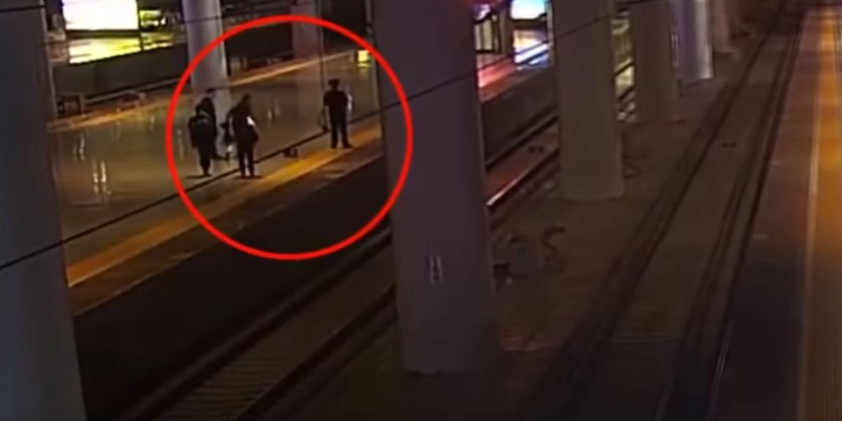 Una mujer salta a las vías del tren para asustar a su novio