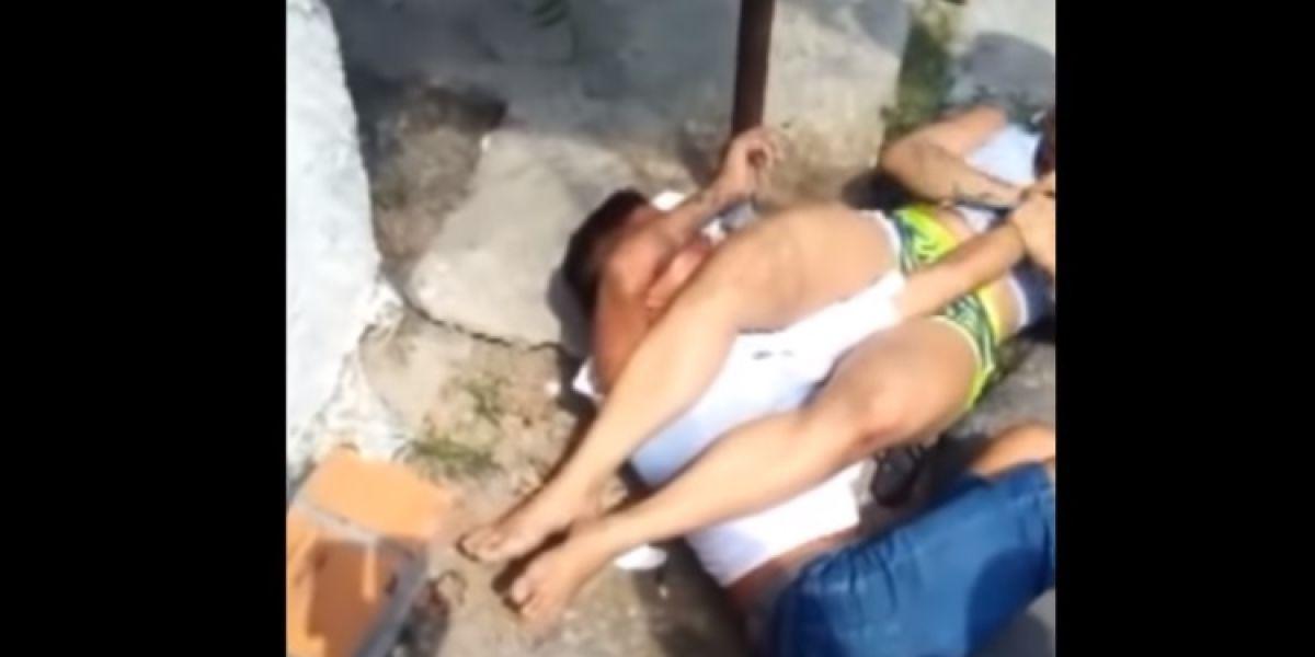 Una mujer inmoviliza con una llave de jiu-jitsu al hombre que intenta asaltarla