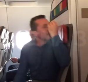 Un hombre agrede a un azafato en un avión