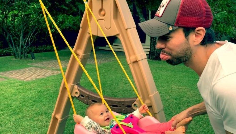 Enrique Iglesias haciendo reír a su hija