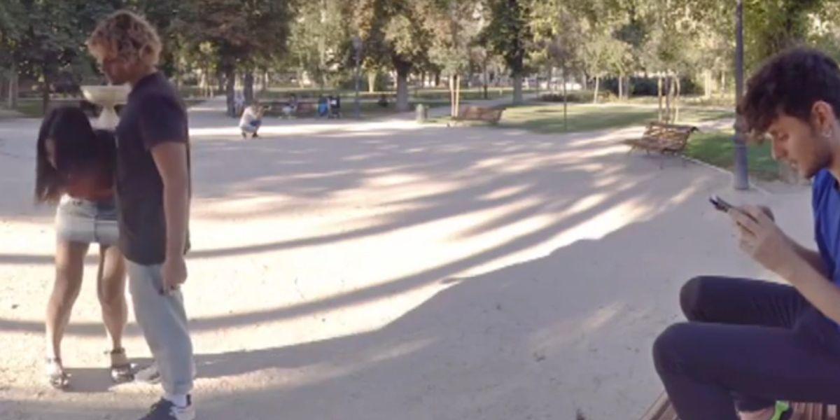Maltrato físico entre dos jóvenes en un parque
