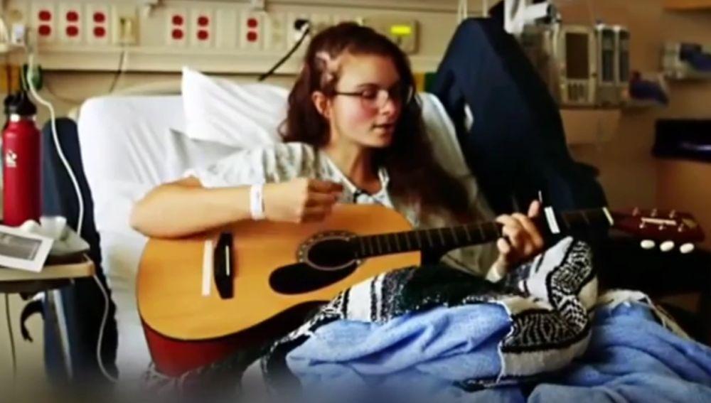 Una chica de 19 años canta mientras le extirpan un tumor cerebral