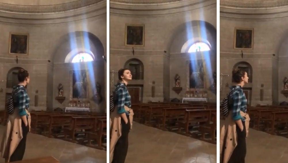 Escuchar a esta chica cantar dentro de esta iglesia vacía es como escuchar a los ángeles