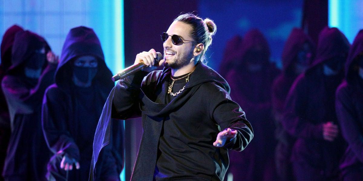 Maluma durante su actuación en los Latin AMAs 2018