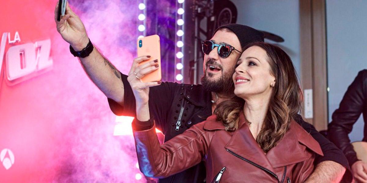 Antonio Orozco y Eva González en el evento de 'La Voz' en Callao