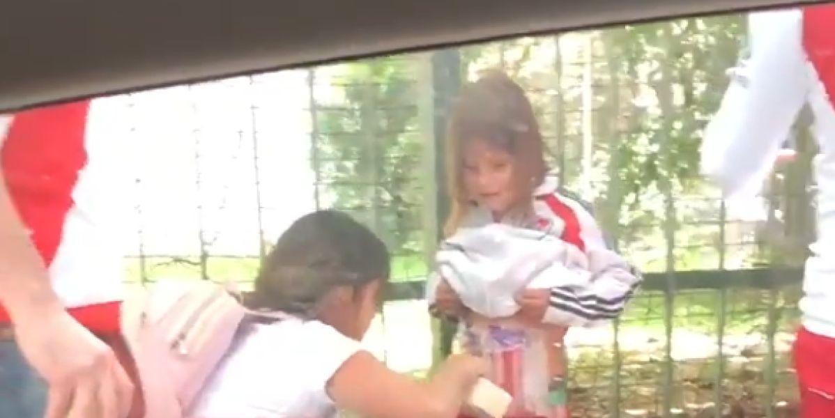 Una madre pega a su hija bengalas en el cuerpo