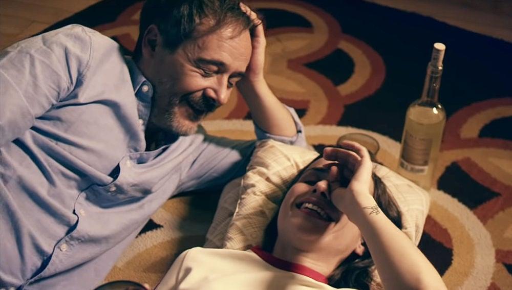 Santi Balmes y Zahara en el videoclip de 'Guerra y Paz'