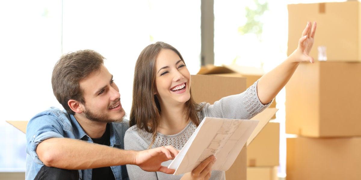 Una pareja mudándose a un piso nuevo