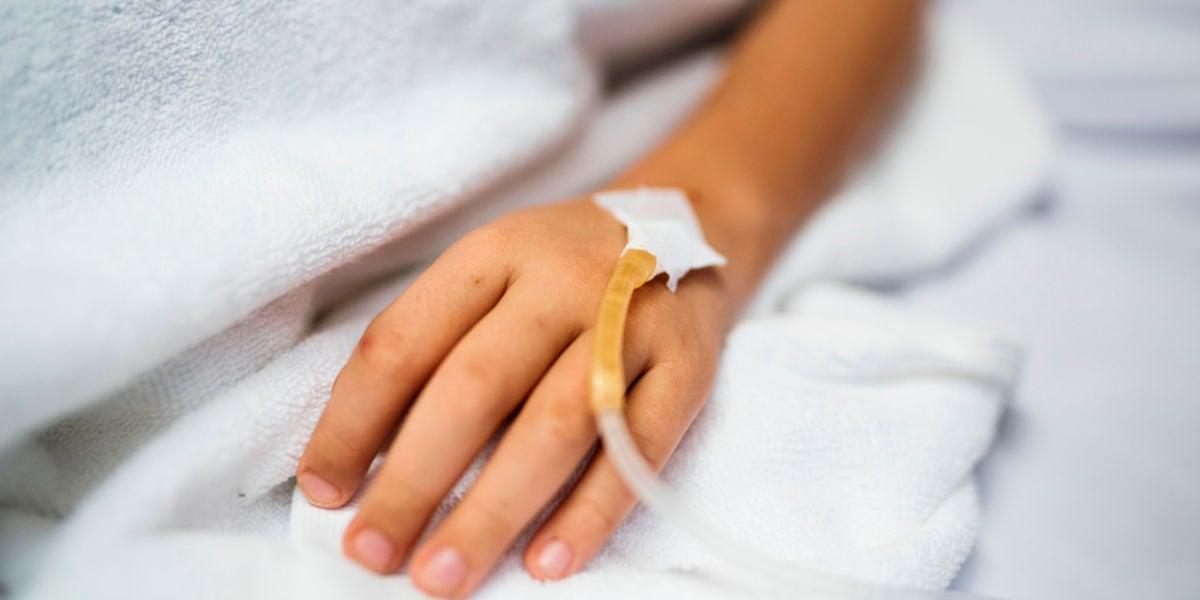 Un niño en una cama de hospital
