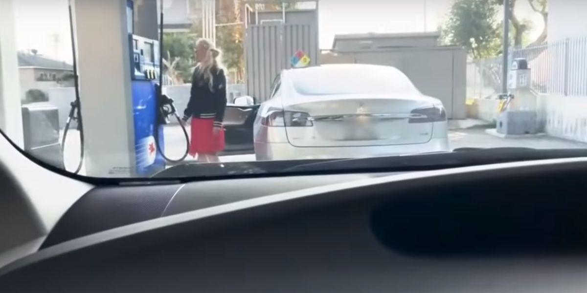 Una mujer se desespera al intentar poner gasolina a un coche eléctrico